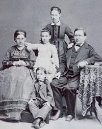 Семья Э. Герольда. Сидят Э. Герольд и его жена. Бабушка в белом платье